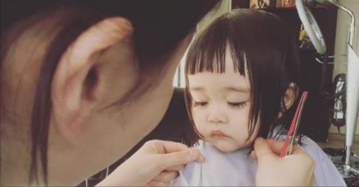 日本小蘿莉第一次剪髮表現得超不自在,看到她眼含淚水的大眼睛時更是讓大家都想惜惜她啊!