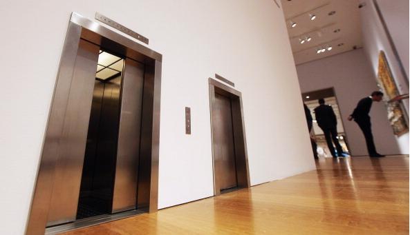 在賭場贏錢的老太太,搭電梯時遇到兩名黑人男子,當下她心生恐懼... 當她鼓起勇氣走進電梯時,突然聽到一句讓她心跳差點停止的話!
