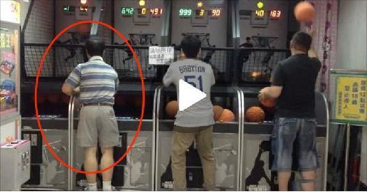 請注意左邊這個中年男子,45秒開始發生令年輕人看了都會尿褲子的事...