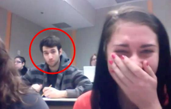 上課無聊想拍「搞怪影片」意外拍到帥哥入鏡,但可怕的是帥哥「下一秒的動作」讓她當場飆淚了!