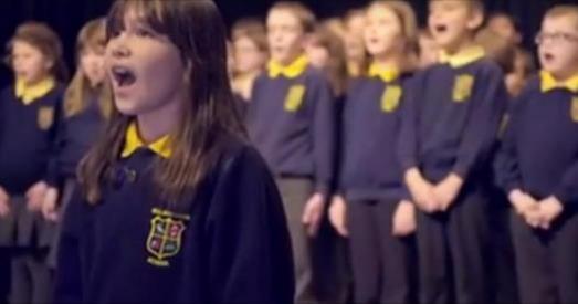 自閉症女孩站在合唱團前,深吸一口氣。 當她一開口,雞皮疙瘩瞬間冒出來!