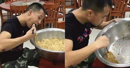 精瘦男子一口氣吃完一大盆泡麵,連湯也不放過,知道背後的原因,網友都心疼得哭了!
