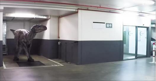 這個迅猛龍在停車場潛伏的惡作劇,讓她在褲子上留下一點點「濕」跡!