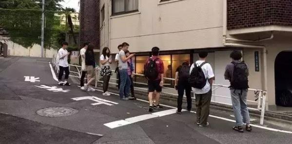 日本最「懶」的店,一週開半天,打死只賣一款衣服...他的店子超任性,竟然半年就紅遍全球