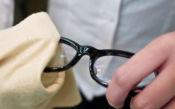 驚!「眼鏡布」竟然不是用來擦眼鏡的!90%的人都做錯了...這才是「正確清潔眼鏡」的方法!