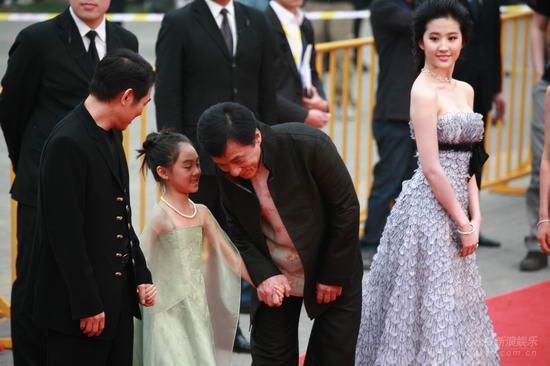 李連傑女兒,7歲給劉德華伴舞,8歲跟成龍走紅毯,16歲成這樣!