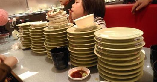 一次點20份壽司還放縱小孩搶點餐器,全家毫無教養的下場就是被霸氣店長訓慘滾出店家!