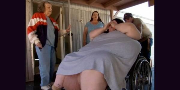 澳洲 600斤重肥妹臨盆時,抬不動!要出動救護車!她生下的孩子真的太可怕了!看到他的孩子後,我立刻掉破眼鏡!
