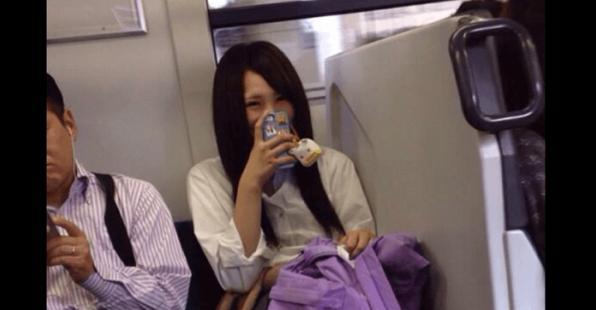 他搭電車時發現對面的女生「一直在傻笑」,當他想拿出手機偷拍時朋友卻驚恐地說「快下車,假裝沒看到她!」