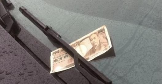 男子開車時發現擋風玻璃「被夾了1000元紙鈔」,當他打算開門拿下來時朋友卻大喊「別開車門、很危險!」