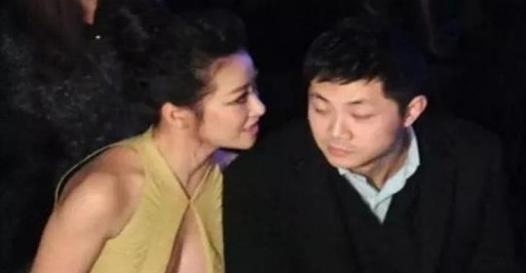 陳紫函穿衣太開放, 一坐下就尷尬了, 右邊男士的眼神亮了